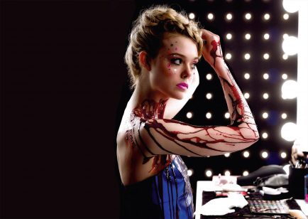 the neon demon- supermoderna-thaisafortuni-resenha
